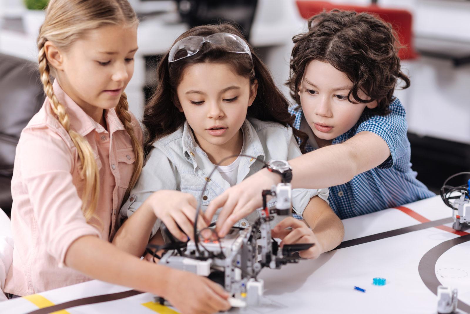 Kids building robots